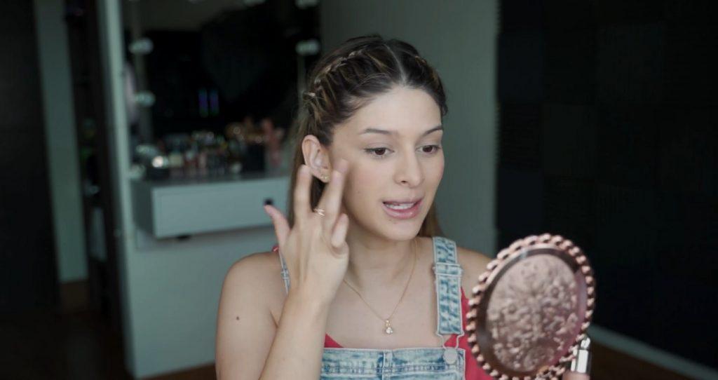 Maquillaje para principiantes paso a paso con Mariana Zambrano Difuminar el rubor con el dedo