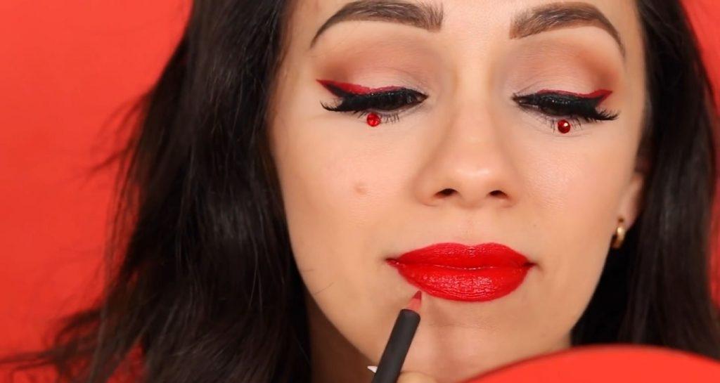 Rosalía y MAC ¡VIVA GLAM! Descubre de la mano de Rosy McMichael porqué este labial es tan famoso delinear tus labios