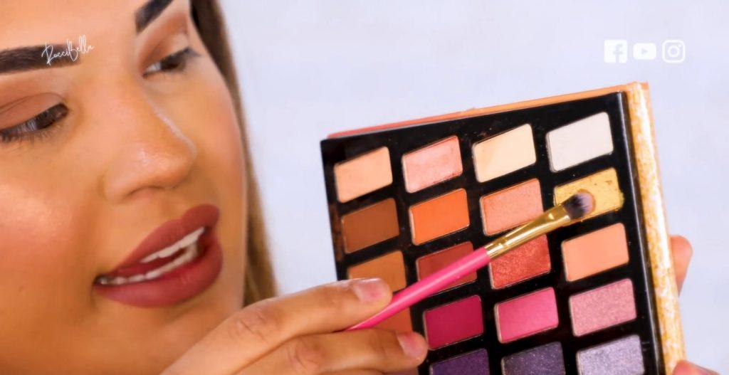 Aprende a aplicar las sombras para un maquillaje de noche, de la mano de Roccibella sombra en tono dorado