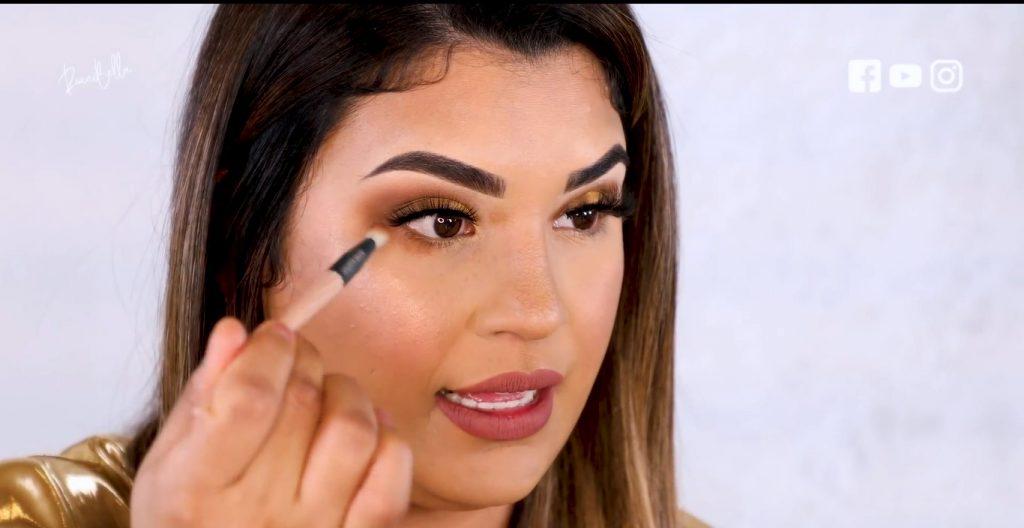 Aprende a aplicar las sombras para un maquillaje de noche, de la mano de Roccibella aplicar sombra debajo de la línea del agua hasta la mitad del ojo