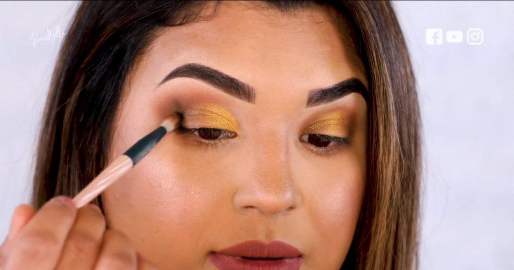 Aprende a aplicar las sombras para un maquillaje de noche, de la mano de Roccibella sombra negra